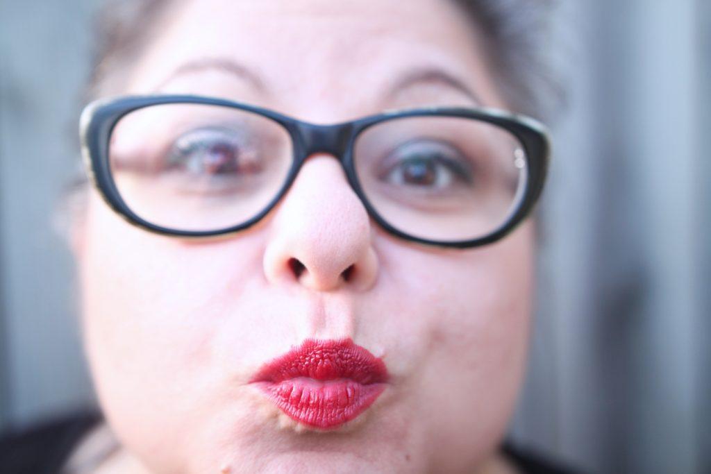Varför ett rött läppstift gör mig rakryggad